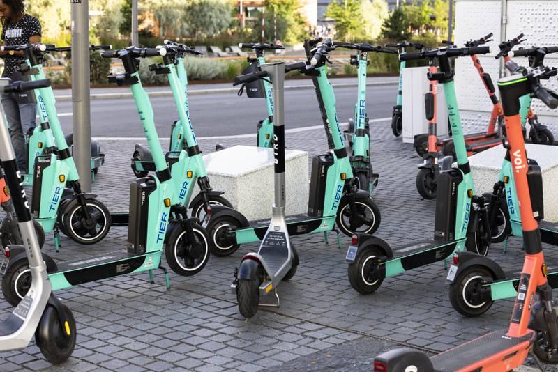 Oslo kommune har sett seg lei av de mange elsparkesyklene i byen, og nye og strengere regler trer i kraft fra neste måned. Foto: Jil Yngland / NTB