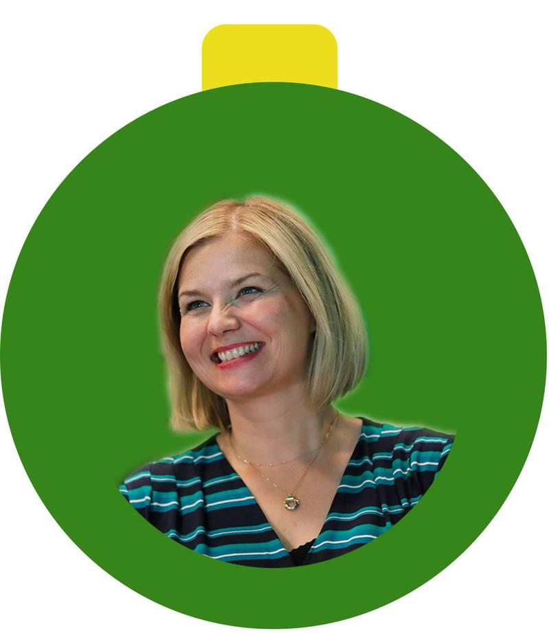 Bildet er av en grønn julekule. Det er en lyshåret kvinne i den. Hun er ny leder i partiet Venstre.