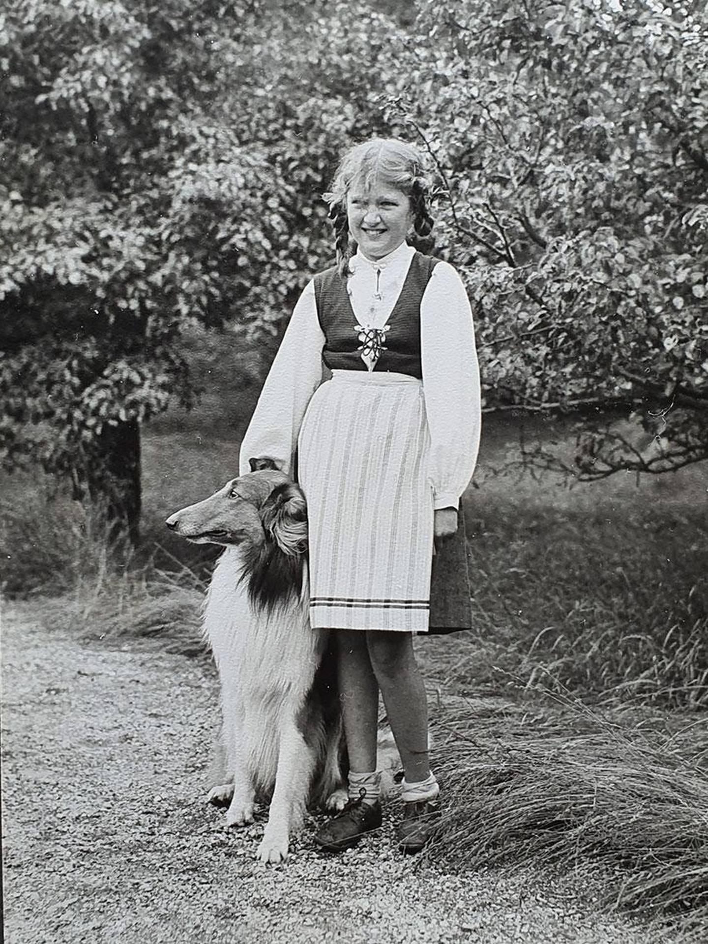 Bildet viser 10 år gamle Gudrun Kahrs og hunden Scott i 1941. Familien bodde i sommerhuset på Milde i flere perioder under krigen.
