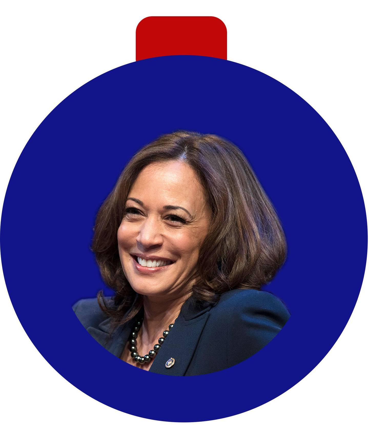 Bilder er an blå julekule. Det er et bilde av en mørkhåret kvinne inni den. Hun er ny vise-president i USA.