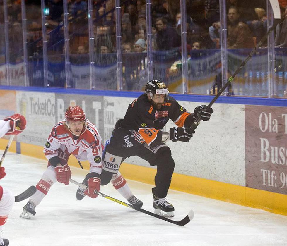 Bildet viser ishockeyspiller Marcus Bryhnisveen under en kamp. Han er utestengt i fire år. Han hadde doping i kroppen.
