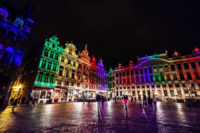 Bildet viser byggene på Grand Place i Brussel i Belgia lyst opp av regnbuens farger.