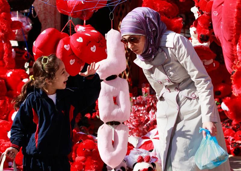 IRAK: En ung jente og en kvinne handler gaver til Valentinsdagen. Bildet er fra Bagdad i Irak.