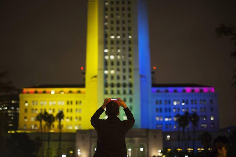 Bildet viser rådhuset i Los Angeles i USA. Det er lyst opp av regnbuens farger.