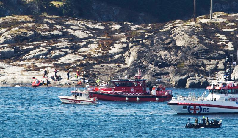 Bildet viser båter som søker i havet.