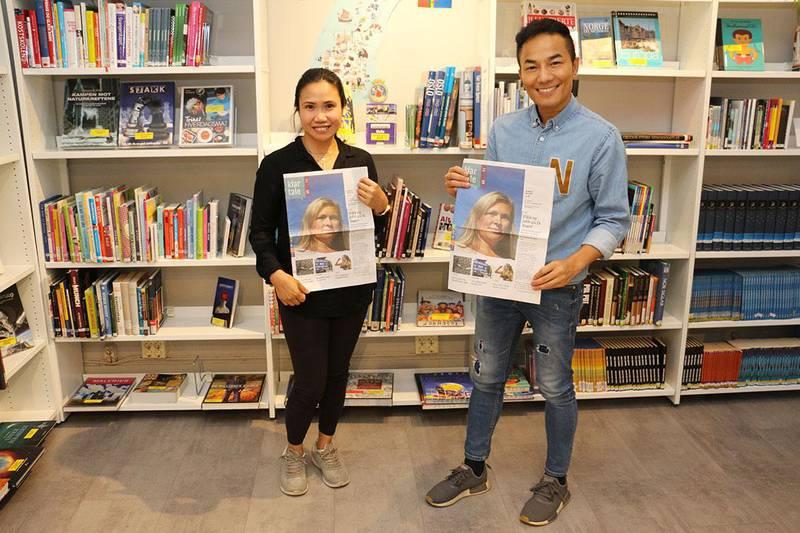 Bildet viser May Loken og Sawat Namasa på Rosenhof i Oslo. De leser Klar Tale for å lære norsk.