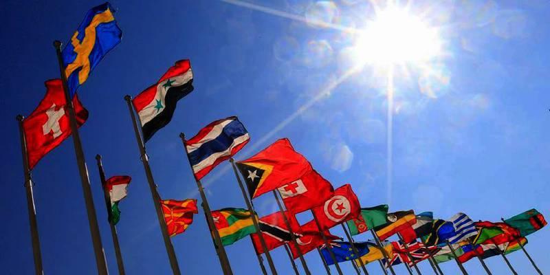 Bildet viser mange flagg som vaier ved siden av hverandre foran