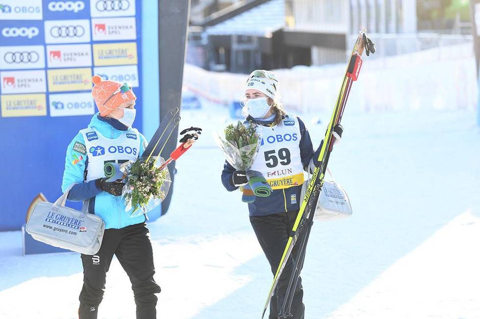 Bildet viser Therese Johaug (til venstre) og Sveriges Ebba Andersson. Bildet er tatt etter 10-kilometeren i Falun i slutten av januar.