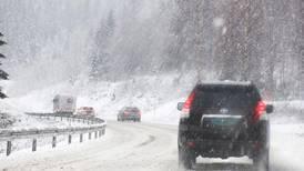 Snø og rasfare stenger veier
