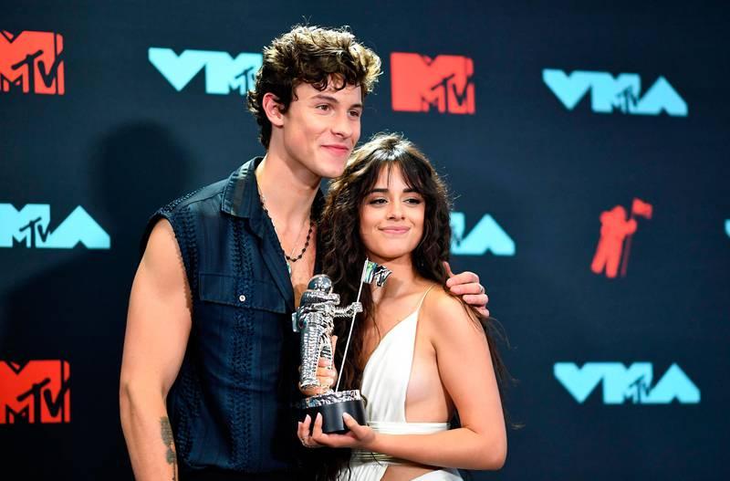 Bildet viser Shawn Mendes og Camila Cabello med en MTV-pris.