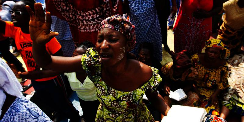Bildet viser kristne kvinner i Elfenbenskysten som ber om fred. Men en FN-ambasadør er redd folk kan begynne å drepe hverandre. Årsaken er striden om president-valget i landet.