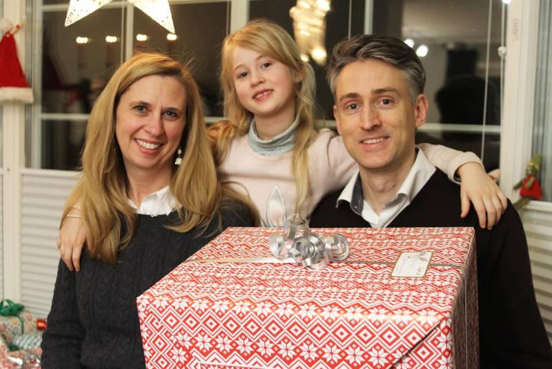 Bildet viser Eric Mortensen, Elizabeth Laney-Mortensen og Adele Mortensen.