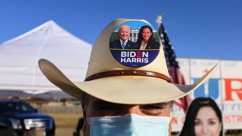Bildet viser en mann med en hatt. Den har bilde av Joe Biden og hans visepresident-kandidat.
