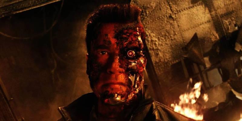 Bildet viser en mann som er robot i halve ansiktet. Han har et rødt, elektronisk øye. Det kan gå en stund til vi ser Arnold Schwarzenegger som «Terminator» igjen. Schwarzenegger venter med filmingen. Han må bruke tid på familien sin. Kona går fra ham ford