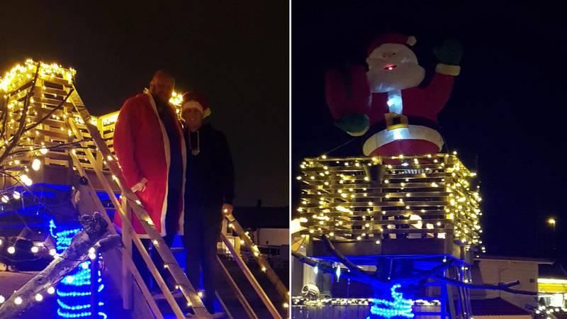 Bildet viser julepynt utenfor et hus. Bjarne Christian Pedersen og sønnen er ekstra glad i julelys.