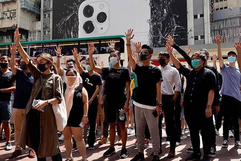 Bildet viser demonstranter med ansiktsmasker i Hongkong. Fra og med natt til lørdag blir det forbudt å demonstrere med maske i byen.