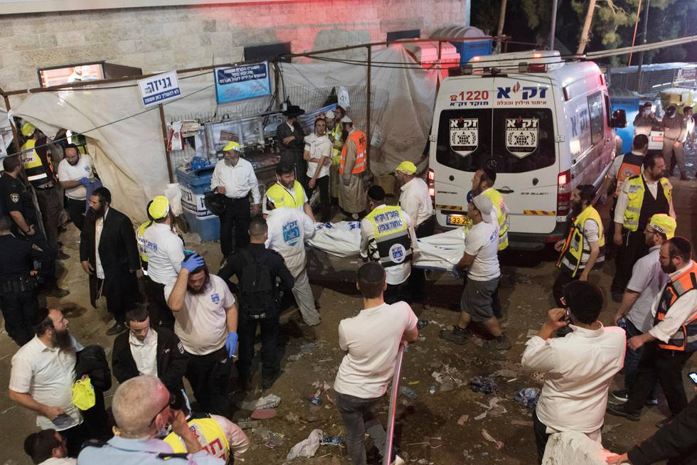 Bildet viser redningsfolk ved Meron-fjellet i Israel