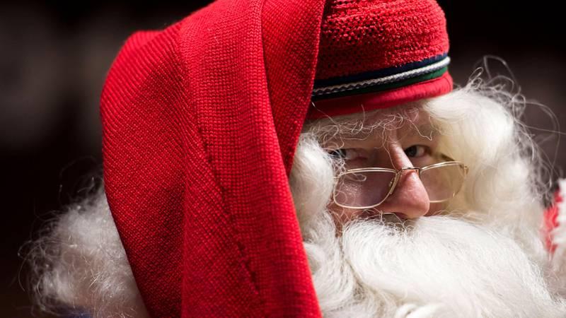 Bildet viser en finsk julenisse på besøk i Ungarn.