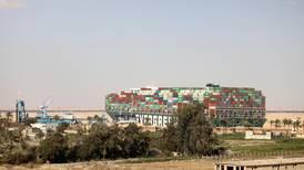 Skipet i Suezkanalen er løs
