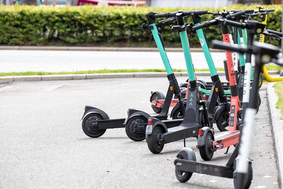 Bildet viser flere elsparkesykler som står parkert. Til våren skal det komme nye regler for elsparkesykler. Det håper Samferdselsdepartementet.