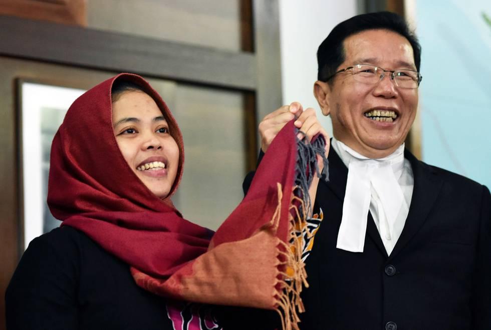 Bildet viser Siti Aisyah som jubler sammen med en annen person.