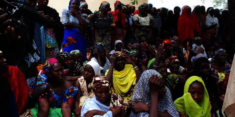 Bildet viser mødre til savnede skolejenter i Nigeria. De venter på nytt om sine kjære. Terror-gruppa Boko Haram sprer vold i Nigeria. Nesten 300 jenter er bortført av gruppa. Sist mandag drepte gruppa 300 andre i en landsby.