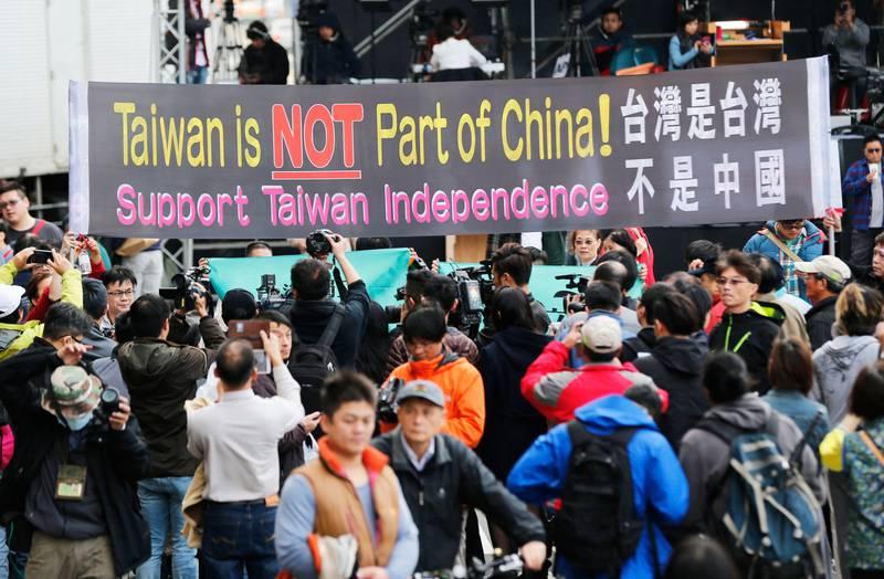 Bildet viser folk som protesterer i Taiwan.