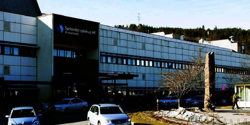 Bildet viser et sykehusbygg med biler foran. En kvinne fikk keisersnitt i store smerter etter at bedøvelsen ikke virket. Fylkeslegen kritiserer Sørlandet sykehus.