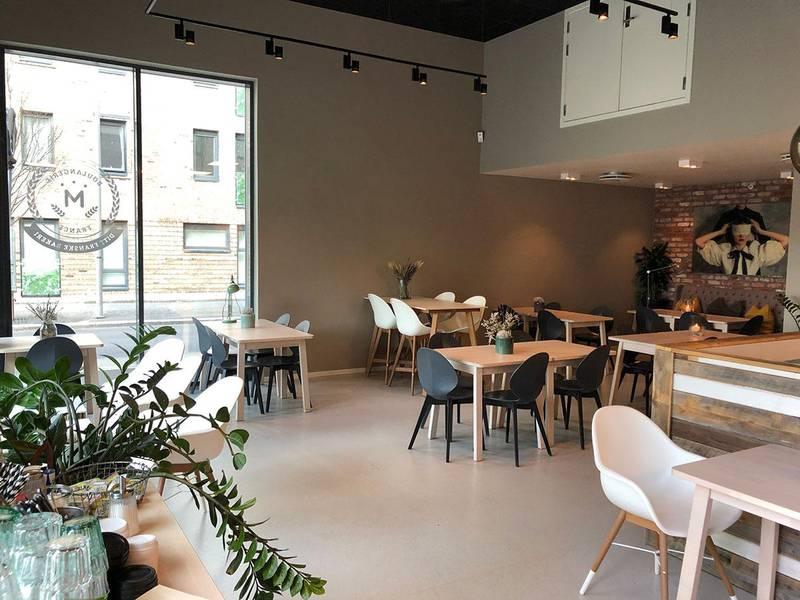 Bildet viser en tom kafé i Oslo.
