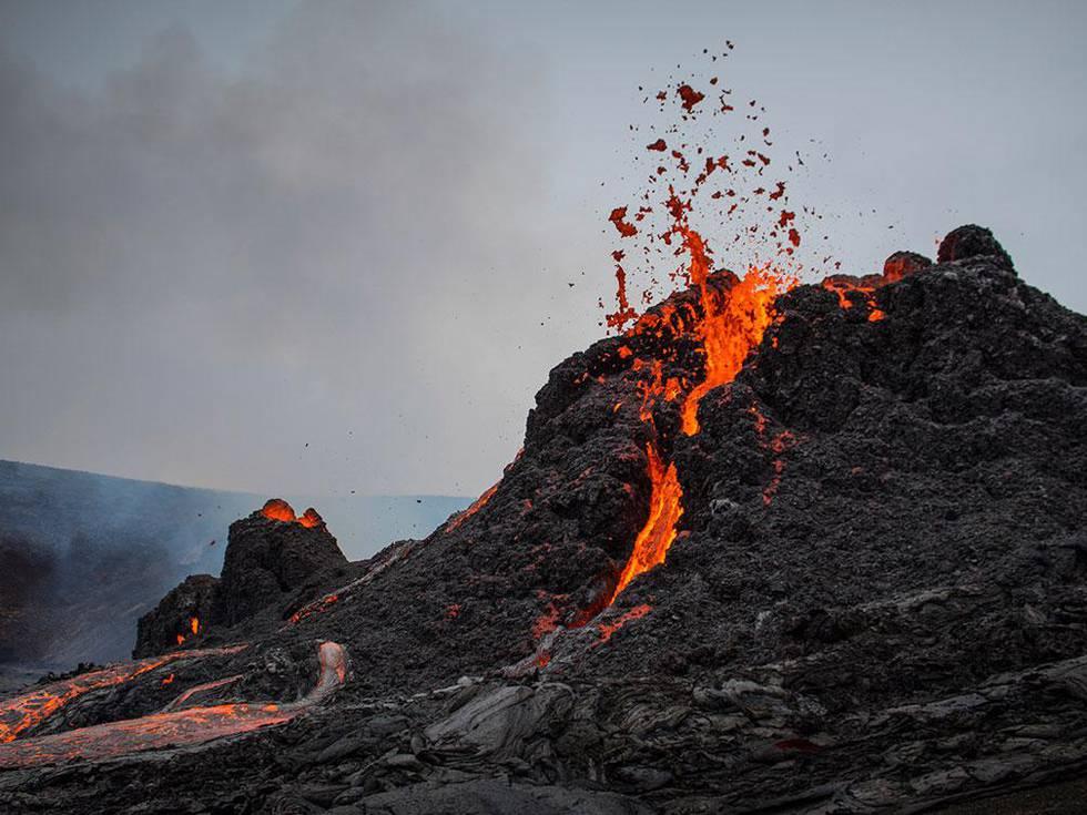 Folk strømmer til for å se vulkan-utbrudd på Island