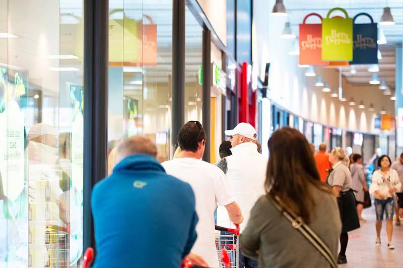 Bildet er av folk som står i kø på kjøpesenteret i Charlottenberg.