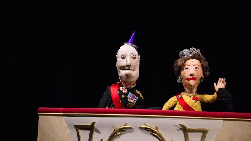 Bildet viser kongen og dronningen som dukker.