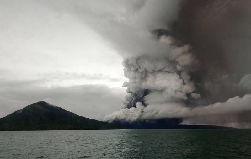 Bildet viser vulkanen Anak Krakatoa. Det ryker fra den.