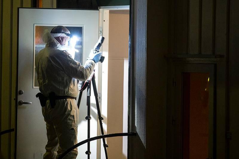 Bildet viser åstedsgranskere i leiligheten der en kvinne ble drept i Sandefjord.