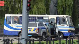 Mannen som har tatt gisler på en buss har skutt mot politiet
