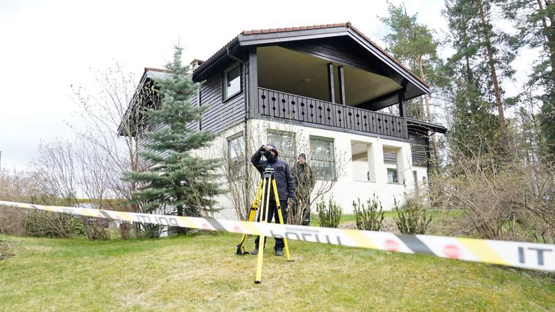 Bildet viser hjemmet til Anne-Elisabeth Hagen og Tom Hagen. Politiet står ute.
