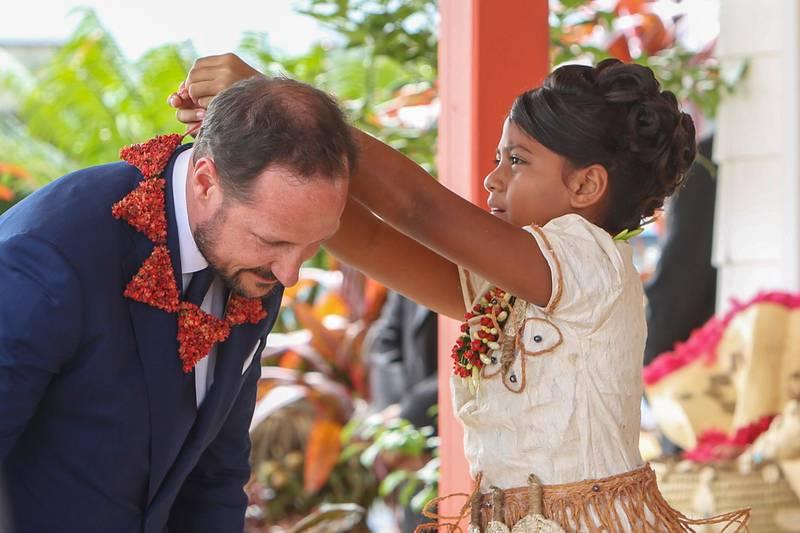 Nuku'alofa , Tonga 20190405.Kronprins Haakon får halssmykke av ti år gamle prinsesse Melenaite Tupoumoheofo Tu'ipelehake  ved ankomsten til Tonga.Foto: Karen Setten / NTB scanpix