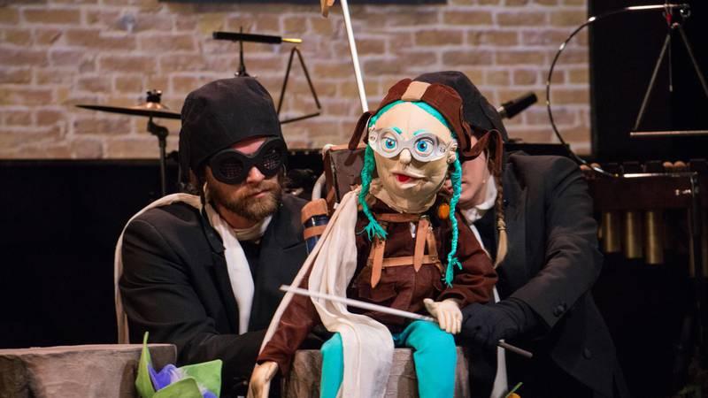 Bildet viser dukken Klara, som har en hovedrolle i stykket Klara, villsvinet og den lille musikkfabrikken.