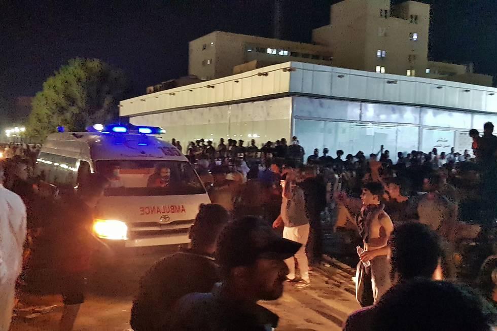 Demonstranter samlet seg utenfor Al-Hussein-sykehuset i byen Nasiriya tidlig tirsdag morgen. Nattens brann er den andre dødelige sykehusbrannen i Irak i år. Foto: AP / NTB