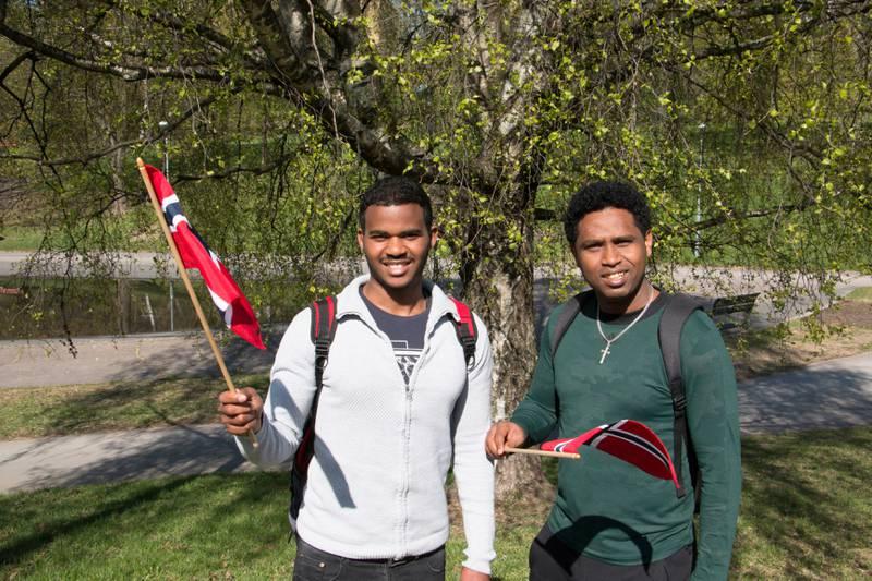 Bildet viser Kidane Eyob (til høyre) og Desbele Gebretsadk fra Eritrea. De vifter med norske flagg.