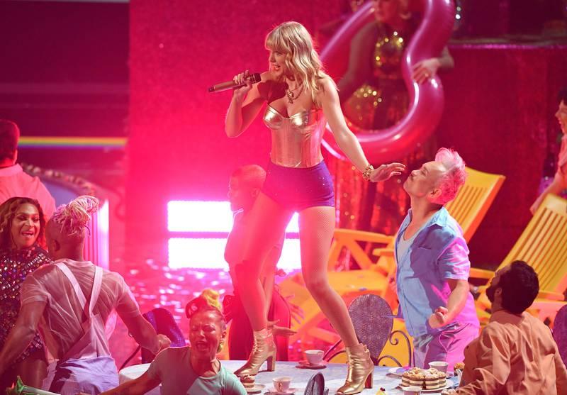 BIldet viser Taylor Swift på scenen.