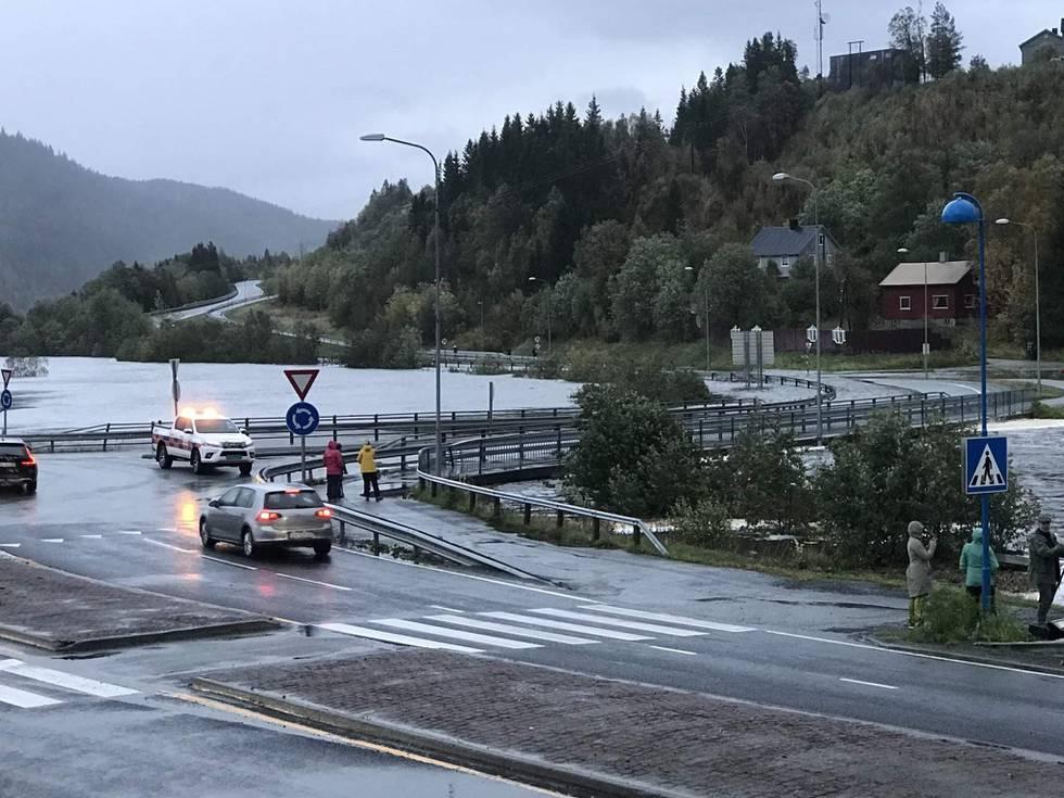 Mo i Rana  20200921.  Mandag ettermiddag stengte Statens vegvesen broen over Tverråga på grunn av høy vannstand, E12 er stengt. Foto: Rigmor Nygård Hansen / Rana Blad / NTB