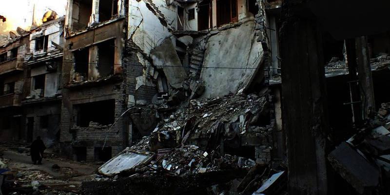 På bildet er den ødelagte byen Homs. Mange mennesker i byen trenger mye hjelp. Nå skal de få reise ut.