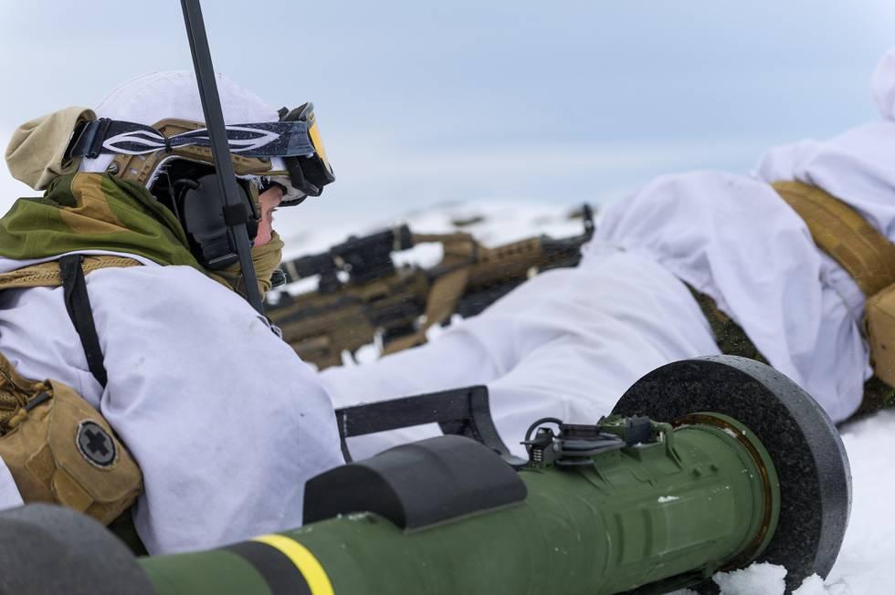 Bildet er av to soldater i vinterkamuflasje. De ligger i snø. Det er tatt i forbindelse med en øvelse.