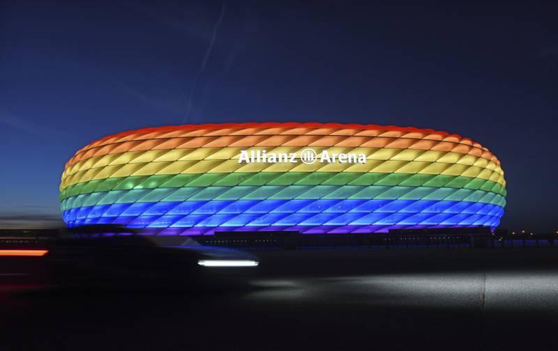Slik var stadion i München lyst opp i juli 2016. Slik blir det ikke når Tyskland møter Ungarn onsdag kveld, etter at Uefa nedla forbud. Foto: Tobias Hase / DPA via AP / NTB.