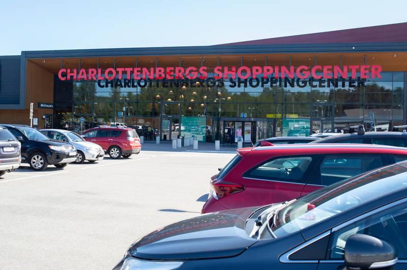 Bildet er av mange biler som står på parkeringsplassen til Charlottenberg Shoppingsenter. Bildet er fra første helgen det var mulig å reise til og fra Värmland uten at det var krav om karantene.