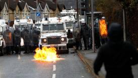 Rasende folk angrep politiet