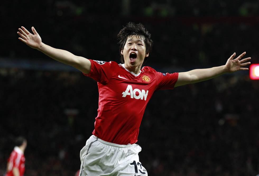 Bildet er av Park Ji-Sung. Han jubler etter å ha skåret et mål i fotball. Han har rød trøye og hvit shorts. Det er en drakt fra laget Manchester United.