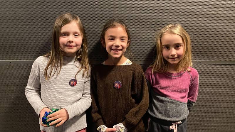 Bildet viser tre av barna som så stykket om Klara og villsvinet.