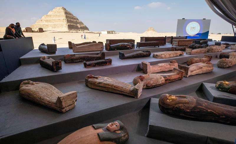 Bildet viser flere sarkofager.